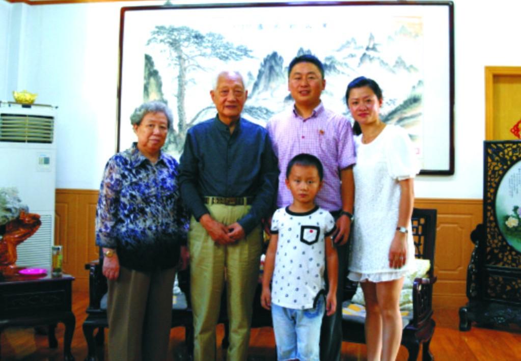与原南京军区政委方祖岐上将夫妇合影留念。